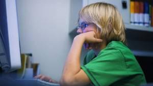 bambino al pc3 300x168 I bambini preferiscono i social network ai libri