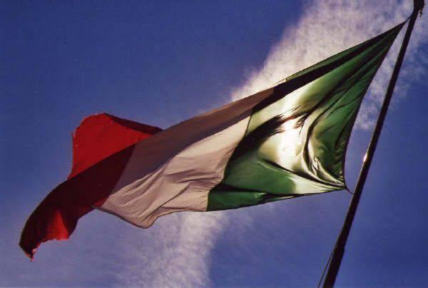 BRUCIO' LA BANDIERA ITALIANA, DENUNCIATO PER VILIPENDIO