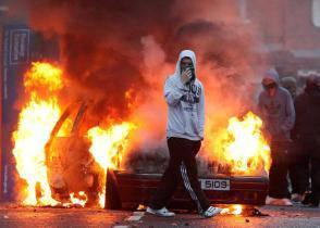 Irlanda del Nord: violenti scontri a Belfast (video)