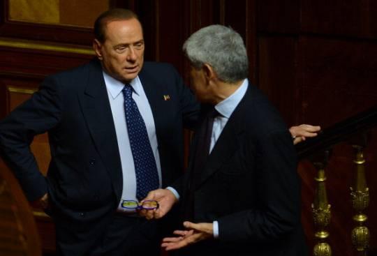 Berlusconi e Casini prima del voto di fiducia al governo Letta il 2 ottobre 2013 (FILIPPO MONTEFORTE/AFP/Getty Images)
