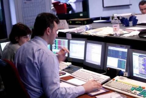 borsa operatore 478x322 Lo spread scende a 287,5 punti base
