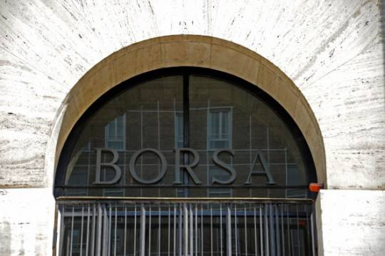 Borsa: Piazza Affari chiude in negativo, spread a 370 punti base