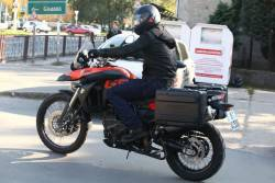 BRAD PITT / Budapest, l'attore paparazzato a spasso con la sua moto