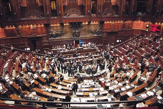Esultano i deputati del pdl insulti a fini mentre i for Camera dei deputati on line