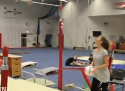 Incredibile: ragazzo segna canestro da 40 metri con i piedi in acrobazia… GUARDA VIDEO!!!