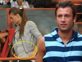 ANTONIO CASSANO / Carolina Marcialis, la moglie mostra allo stadio le prime rotondità