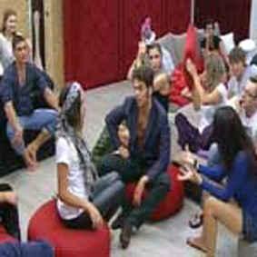 """GRANDE FRATELLO 11 EDIZIONE 2010 NANDO COLETTI / Il romano bacia i piedi a Francesca, poi i ragazzi giocano a """"Uomini e Donne"""""""