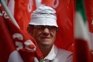 Lavoratore con bandiera sindacale (Getty images)