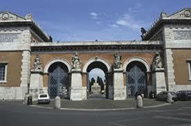 A Roma corsa tra due minicar tra le lapidi del cimitero Verano