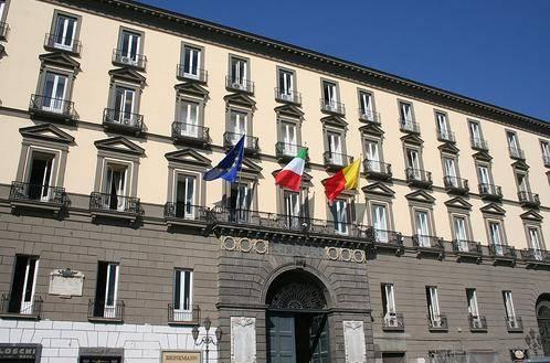 Napoli: il Comune non si scioglie per un vizio di forma. Il centrodestra dovrà ripresentare le firme