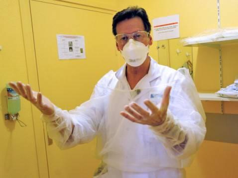 Medico francese nel reparto malattie infettive (Getty images)