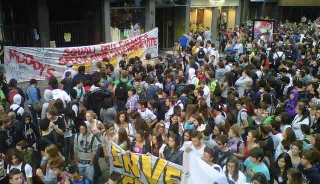 Milano: assalto degli studenti alla sede di Goldman Sachs