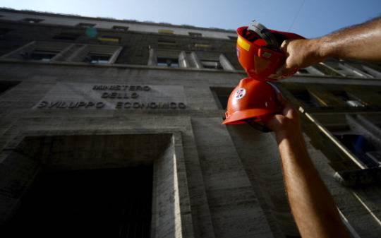 Manifestazione davanti al Ministero dello Sviluppo Economico (Foto: FILIPPO MONTEFORTE/AFP/GettyImages)