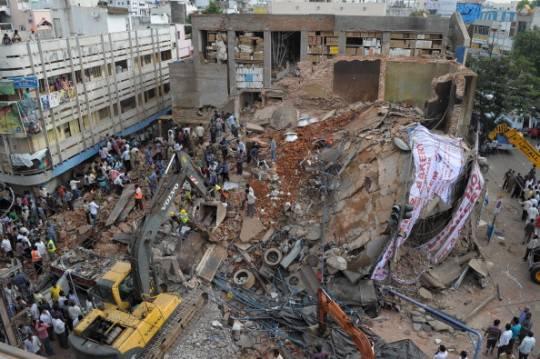 India, crollo in hotel: molte persone intrappolate tra le macerie (fotogallery)