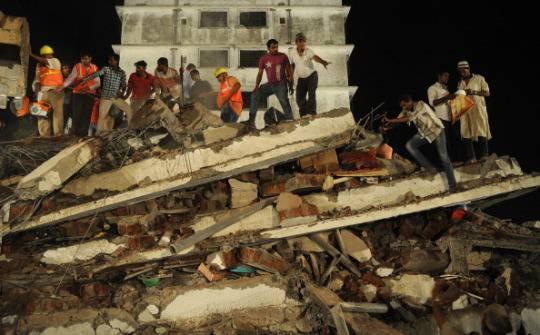 India: crolla un edificio a Mumbai, decine di morti