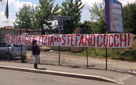 Striscione per Stefano Cucchi (screenshot SkyTg24)