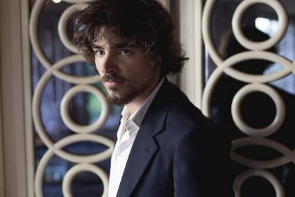 """Edoardo Natoli, intervista esclusiva all'attore, ora in teatro con """"Nel mare ci sono i coccodrilli"""""""