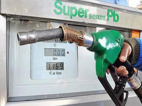Prezzi carburante: rialzi record per benzina e diesel, in Campania 1,673/l per la verde