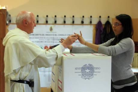 Elezioni amministrative 2011: a Milano show di Berlusconi fuori dai seggi, a Napoli si denunciano brogli