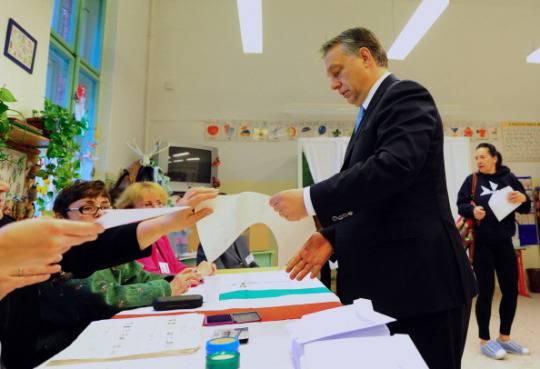 Il premier Viktor Orban al seggio per le elezioni parlamentari (Foto di ATTILA KISBENEDEK/AFP/Getty Images)