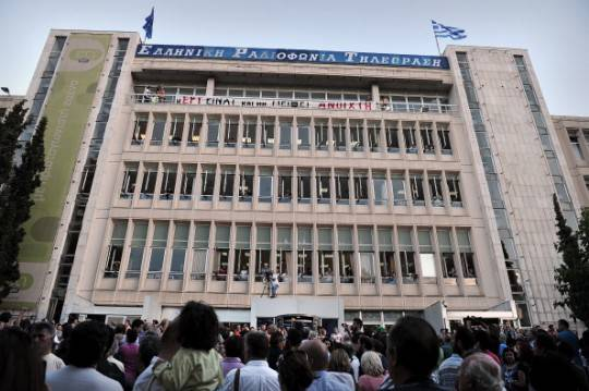 """Grecia: la chiusura della televisione di Stato senza preavviso scatena la protesta. Si grida al """"colpo di stato"""""""