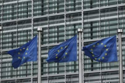 Bandiere europee davanti alla sede della Commissione Ue a Bruxelles (Getty Images)