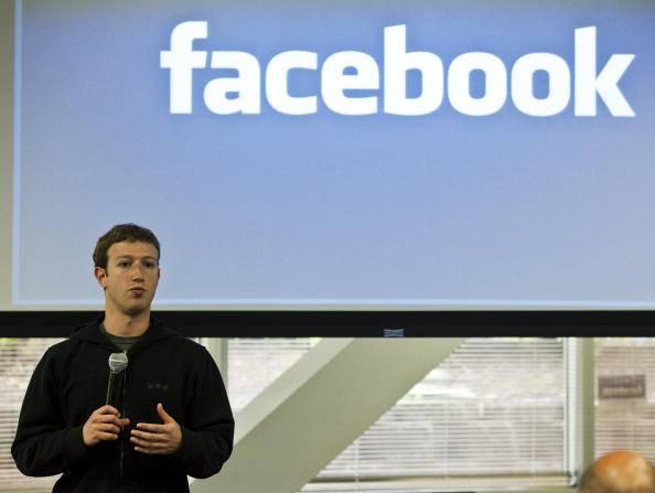 Facebook nel caos in Francia: messaggi privati finiscono in bacheca