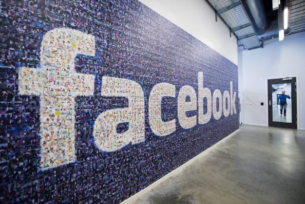"""Facebook, """"outing sui dipendenti"""": oltre la metà dei lavoratori è di sesso maschile"""