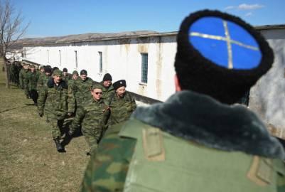 Truppe filo russe all'esterno delle basi militari ucraine (Getty images)
