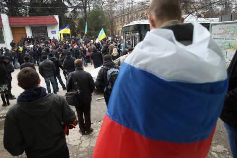 Manifestanti filorussi e filoucraini si fronteggiano in Crimea (Sean Gallup/Getty Images)