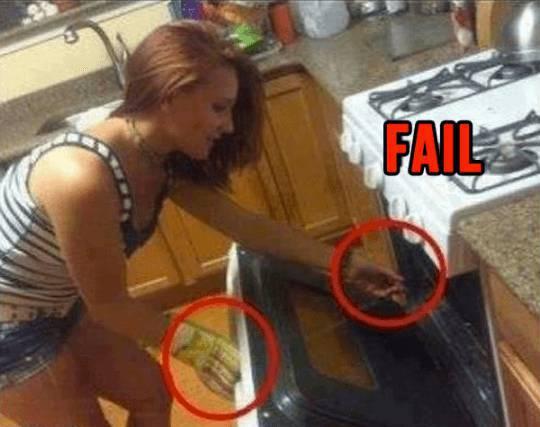 Ragazza bellissima prova a cucinare… Scoprite in cosa sbaglia!!!
