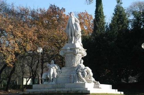 Ritrovata la testa del Mefisto rubata a Villa Borghese, denunciata coppia di romeni