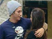 GRANDE FRATELLO 11 / Francesca e Pietro giocano alla lotta libera