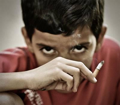 fumo minori Indonesia: bambino di otto anni affetto da tabagismo