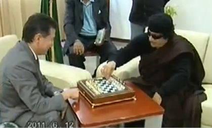 Libia: Gheddafi torna in tv e gioca a scacchi