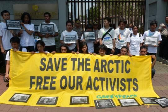 Russia, Greenpeace: 30 attivisti, tra cui un italiano, rischiano 15 anni di carcere