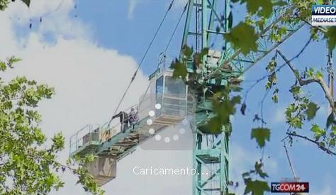 Torino: operai su una gru in corso Massimo D'Azeglio