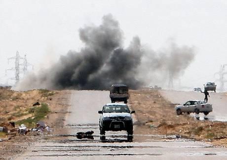 Guerra in Libia: Gheddafi asserragliato a Tripoli, Seif el Islam cerca negoziato segreto con Gran Bretagna