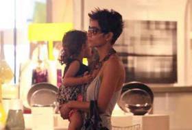 HOLLYWOOD / Halle Berry, l'attrice paparazzata a spasso con la figlia Nahla