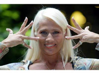 Heather Parisi in fuga dall'Italia? La showgirl risponde con un 'no comment'