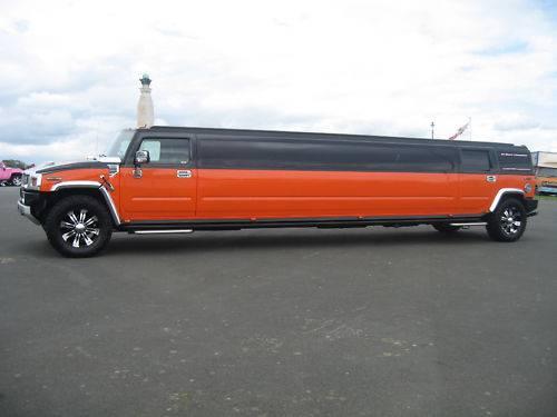 Hummer H2 limousine: doppio frigo bar per un'auto da 17 posti