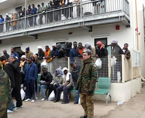 Protesta degli immigrati tunisini a Lampedusa: incendiato il Cpa di Contrada Imbriacola, fuggono in centinaia