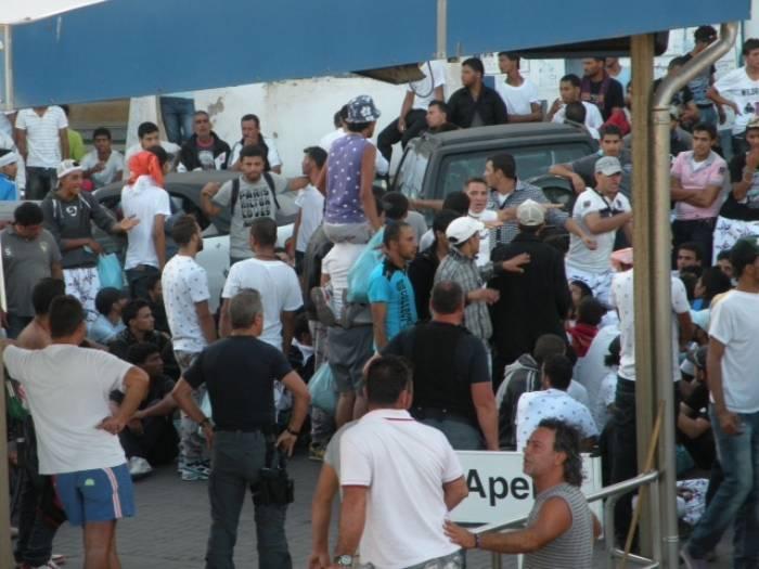 Caos e violenza a Lampedusa: scontri tra immigrati e isolani. Il sindaco chiede l'intervento del governo