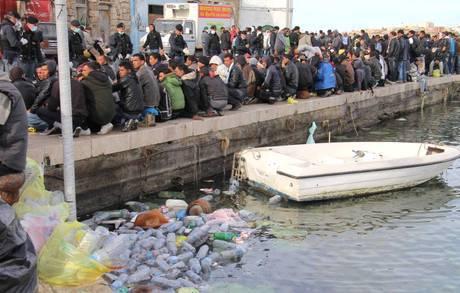 Emergenza sbarchi immigrati: il vento forte rallenta lo 'sfratto' di Lampedusa, 3 mila stranieri passano notte al gelo