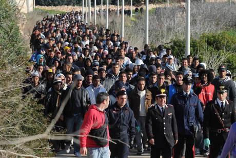 """Emergenza sbarchi, UE: """"Tunisini migranti economici, non si applica Schengen"""""""