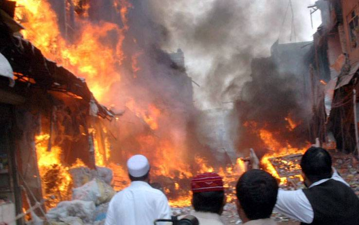 PAKISTAN / Incendiati 29 camion-cisterna Nato, uomini armati assaltano mezzi diretti in Afghanistan. Feriti due ufficiali