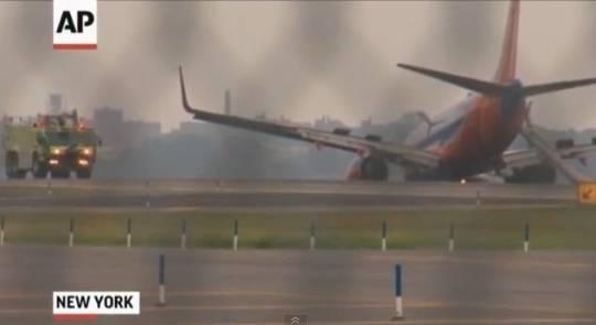 Aeroporto New York La Guardia : Paura all aeroporto di new york boeing atterra senza