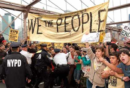 New York: i manifestanti di Occupy Wall Street invadono il ponte di Brooklyn (video)