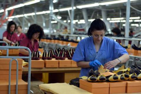 Operaie al lavoro in una fabbrica (GABRIEL BOUYS/AFP/Getty Images)