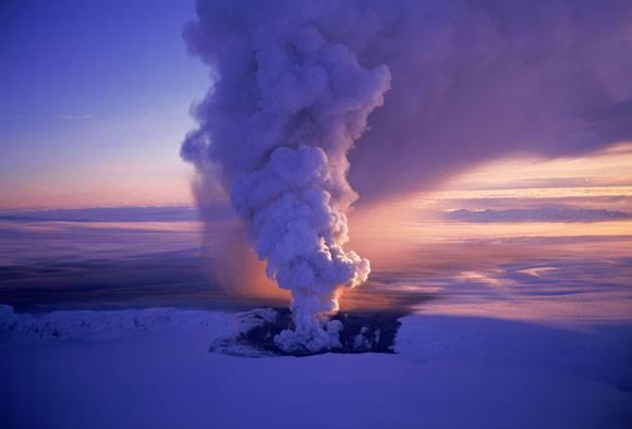 Islanda: il vulcano Grimsvotn erutta una nube di fumo di 15 chilometri. Chiuso lo spazio aereo del Paese